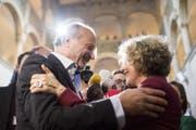 Corine Mauch nimmt Gratulationen von Filipp Leutenegger entgegen. | Ennio Leanza / Keystone