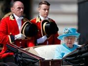 """Queen Elizabeth fährt mit der Kutsche zur Militärparade """"Trooping the Colour"""" anlässlich ihres Geburtstags. (Bild: KEYSTONE/AP/FRANK AUGSTEIN)"""