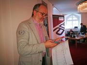 FDP-Präsident Hans-Melk Reinhard konsultiert die Resultate. | Bild: mvr