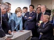 Die deutsche Kanzlerin Angela Merkel am G7-Gipfel in Kanada im Gespräch mit US-Präsident Donald Trump. (Bild: KEYSTONE/EPA BUNDESREGIERUNG/JESCO DENZE HANDOUT)