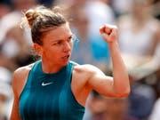Lohn für einen starken Auftritt: Simona Halep holte in Paris ihren ersten Grand-Slam-Titel (Bild: KEYSTONE/EPA/YOAN VALAT)