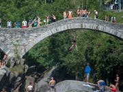 Die Römerbrücke bei Lavertezzo ist ein beliebter Badeort. Das Schwimmen im Fluss hat aber seine Tücken und fordert immer wieder Todesopfer. (Bild: KEYSTONE/TI-PRESS/PABLO GIANINAZZI)