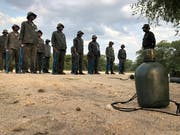 Stramm gestanden: Mit militärischen Methoden werden die Wildhüter auf ihre Aufgaben im Busch vorbereitet. (Bild: Dominik Buholzer)