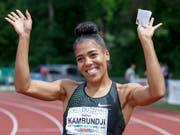 Mujinga Kambundji winkt den Zuschauern zu nach ihrem Sieg über 100 m in Genf (Bild: KEYSTONE/SALVATORE DI NOLFI)