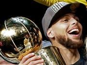 4:0 in der Finalserie gegen die Cleveland Cavaliers und zum MVP gewählt: Golden States Stephen Curry könnte kaum glücklicher sein (Bild: KEYSTONE/EPA/LARRY W. SMITH)