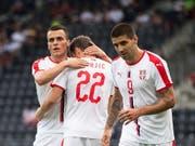 Der dreifache Torschütze Aleksandar Mitrovic (rechts) und seine serbischen Teamkollegen feiern einen Treffer (Bild: KEYSTONE/EPA EXPA/DOMINIK ANGERER)