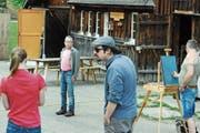 An einer Probe am Originalschauplatz vor dem Jugendhaus Bräkers: Maler Josef Reinhard (rechts), hinten Ueli Bräker als 55-Jähriger, vorne Nachbar Guschti. (Bild: Michael Hug)
