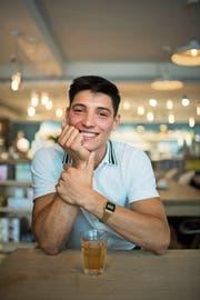 Trinkt ausnahmsweise Bio-Eistee statt Kaffee: Der Italiener Alberto Terribile. (Bild: Benjamin Manser)