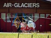 Der Landeplatz der Air-Glaciers in Lauterbrunnen: Ein Helikopter der Air Glaciers sowie zwei Helikopter der Rettungsflugwacht haben nach einem Unfall mit einer Transportseilbahn in Reichenbach im Kandertal die vier Verletzten ins Spital geflogen. (Bild: KEYSTONE/LUKAS LEHMANN)