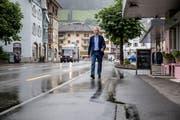 Werner Studer auf dem Vorplatz bei der Bahnhofstrasse 9 in Wolhusen kritisiert die Arbeiten des Kantons: Wenn es regnet, laufe das Wasser auf den Vorplatz und beschädige den Belag. (Bild: Philipp Schmidli, 13. Juni 2018)