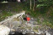 Abgestürztes Behindertenmobil im Bachlauf. (Bild: Kantonspolizei)