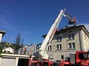 Ein Brand im Dachstock einer Manor-Filiale in Wattwil SG hat am Sonntagnachmittag zu einem Sachschaden von über 100'000 Franken geführt. Die Feuerwehr war mit einem Grossaufgebot vor Ort. Verletzt wurde niemand. (Bild: KAPO SG)