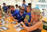 Julie Zogg und Andres Ambühl, nahmen sich wie alle anderen Spieler bei der Autogrammstunde viel Zeit für ihre Fans. (Bild; Hanspeter Thurnherr)