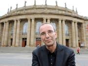 Der scheidende Intendant der Oper Stuttgart, der Schweizer Regisseur Jossi Wieler, ist ein geduldiger Zuhörer und ein rastloser Schaffer. So steht es in einem umfangreichen Bildband, der sein langjähriger Co-Regisseur Sergio Morabito über ihn herausgegeben hat. (Bild: Keystone/EPA/BERND WEISSBROD)