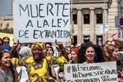 Hunderte Frauen demonstrieren für bessere Arbeitsbedingungen. (Paco Freire/Getty, Barcelona, 17. Juni 2018)