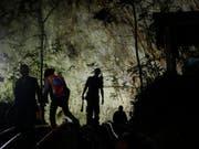 An der Suche nach einem in einer Höhle vermissten Jugendfussballteam in Thailand beteiligen sich nun auch mehrere ausländische Hilfeteams. (Bild: KEYSTONE/AP/SAKCHAI LALIT)