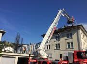Die Feuerwehr bekämpft den Brand im Manor-Gebäude. (Bild: Kapo SG)