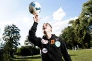 Aridon Shaqiri lässt den Ball kreiseln. Der Wiler arbeitet in Frauenfeld an seiner Fussballkarriere. (Bild: Donato Caspari)