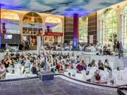 Das Literaturfestival Leukerbad ist bekannt für seine lauschigen Leseorte. Hier die trockengelegte Walliser Alpentherme am Freitagabend. (Bild: Pressebild)