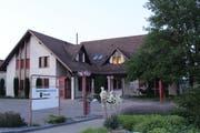 In der ehemaligen Raiffeisenbank befinden sich die Büros der Gemeindeverwaltung. Bild: Trudi Krieg