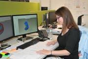 Désriée Theiler an ihrem Arbeitsplatz bei der Maxon Motor AG, Sachseln.