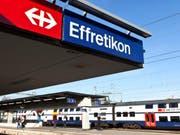 Ein 73-jähriger Mann ist am Sonntagmorgen beim Bahnhof Effretikon ZH aus noch ungeklärten Gründen unter einen Zug geraten. Trotz medizinischer Soforthilfe verstarb er noch vor Ort. (Bild: Keystone/MARTIN RUETSCHI)
