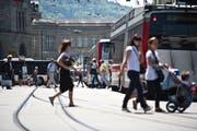 Umsteigen auf dem St.Galler Bahnhofplatz: Tagsüber einfach und bequem, nach 21 Uhr manchmal eine Geduldsprobe. (Bild: Urs Jaudas - 25. Mai 2011)