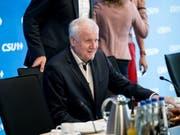 Im Asylstreit mit der CDU bleibt CSU-Chef Horst Seehofer vorerst hart. (Bild: Keystone/DPA/SVEN HOPPE)