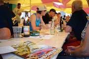Gemütlich wird beim Jubiläumsfest des Fischervereins Weinfelden beisammen gesessen. (Bild: Maria Keller)
