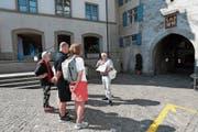 Stadtführer Stemmle (rechts) versuchte den Teilnehmern der Führung eine neue Perspektive zu vermitteln. (Bild: Roger Zbinden (Zug, 30. Juni 2018))