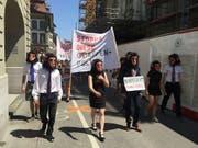 Angeführt von Kundgebungsteilnehmern in Affenmasken zogen die Demonstranten vom Berner Münster zum Bundesplatz in Bern. (Bild: Keystone-SDA/Christian Hunkeler)