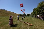 Die Alphornbläser und Fahnenschwinger von Küssnacht umrahmten den Eröffnungsakt mit ihrem Auftritt. (Bild: Christoph Jud)