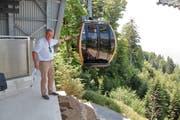 VR-Präsident Benno Barmettler freute sich bei der Einfahrt des neuen «goldigen Bähnli» in der ebenfalls neuen Bergstation auf der Seebodenalp. (Bild: Christoph Jud)