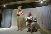 Musiktheater im Dachstock des Bachtobel-Torggels: Eva Saladin spielt die Tanzmeistergeige, Roman Lemberg die Drehleier. (Bild: Mario Testa)
