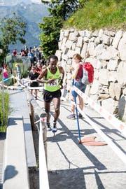 Der Äthiopier Tefera Mekonen verpasst den Rekord, läuft aber als Sieger dem Ziel entgegen. (Bild: Manuela Jans-Koch (Stanserhorn, 1. Juli 2018)