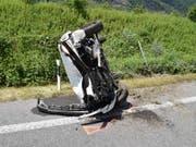 Ein spektakulärer Selbstunfall ist am Sonntag glimpflich ausgegangen. Eine 78-jährige Lenkerin fuhr auf der A13 bei Lostallo GR auf den Grünstreifen, worauf sich ihr Auto überschlug und umgekippt stehen blieb. Dabei wurde sie leicht verletzt. (Bild: KAPO GR)