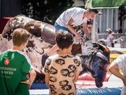Sprinten und Spielen stehen beim Arnegger Fest im Zentrum. Das Bullenreiten kam als neue Attraktion gut an. (Bild: Bilder: Hanspeter Schiess)