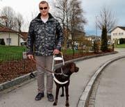 Anto Jelusic bewegt sich mit Hilfe von Hund Sambo sicher durchs Quartier. (Bild: Benjamin Schmid)