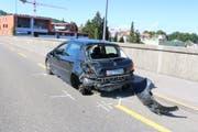 Das Auto, auf das der Lastwagen von hinten auffuhr, erlitt beim Unfall Totalschaden und musste abgeschleppt werden. (Bild: Stadtpolizei St.Gallen)