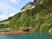 Einsatzkräfte bergen das Auto nach dem Sturz in den Lungerersee - der Lenker kam ums Leben. (Bild: Kantonspolizei Obwalden)