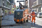 An der Thomas-Bornhauser-Strasse wird derzeit gebaut: Vorarbeiten und Sanierungen beschäftigen die Bauarbeiter. (Bild: Mario Testa)