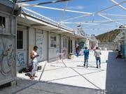 Im Flüchtlingslager Moria auf der Insel Lesbos in Griechenland ist es erneut zu Ausschreitungen gekommen. Dabei wurden zwölf Menschen verletzt. (Bild: KEYSTONE/PETER KLAUNZER)