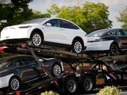 Tesla erhöht wegen den US-Importzöllen die Fahrzeugpreise in China um rund 20 Prozent. (Bild: KEYSTONE/AP/DAVID ZALUBOWSKI)