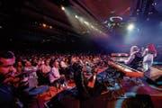 Alle 600 Sitzplätze im neuen «House of Jazz» sind besetzt am Konzert zum 85. Geburtstag von Quincy Jones. (Bild: Valentin Flauraud/Keystone (Montreux, 9. Juli 2018))