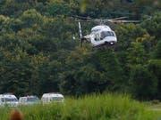 Die Rettung von eingeschlossenen Junior-Fussballer aus einer Höhle in Thailand ist erfolgreich abgeschlossen worden. Die Geretteten wurden jeweils ins Spital transportiert. (Bild: KEYSTONE/AP/VINCENT THIAN)