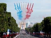 Nationalratspräsident Dominique de Buman wohnt der Parade zum französischen Nationalfeiertag am 14. Juli in Paris bei. (Bild: KEYSTONE/EPA/IAN LANGSDON)