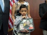 Von seiner Familie getrennt: Ein siebenjähriger Migrant im US-Bundesstaat Texas mit einem Foto seines Vaters, der aus den USA ausgeschafft wurde. (Bild: KEYSTONE/EPA/MICHAEL REYNOLDS)