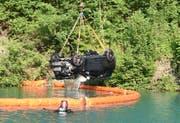 Das Auto wird aus dem See geborgen (Bild: Kapo Obwalden)