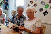 Zwei Seniorinnen tauschen sich über den Kriminalroman «Klausjäger» von Silvia Götschi aus. (Bild: Corinne Bischof)