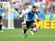 Lucas Torreira im Zweikampf mit Antoine Griezmann im verlorenen Viertelfinal gegen Frankreich (Bild: KEYSTONE/AP/MARTIN MEISSNER)